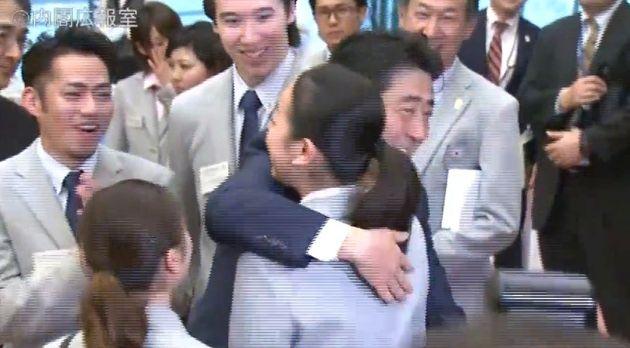 浅田真央選手とハグする安倍首相(政府インターネットテレビより)