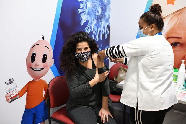 Una israelí recibe la vacuna de Pfizer, el pasado 7 de febrero, en