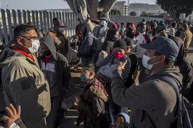 Migrantes solicitantes de asilo esperan en la frontera de México con Estados