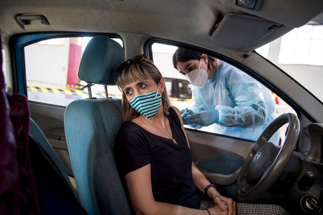 Una profesora recibe la vacuna de AstraZeneca en su coche el 23 de febrero en