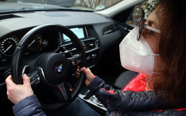 Una mujer, conduciendo con
