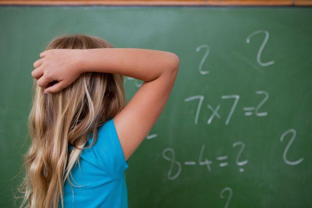 Una niña trata de resolver un problema de