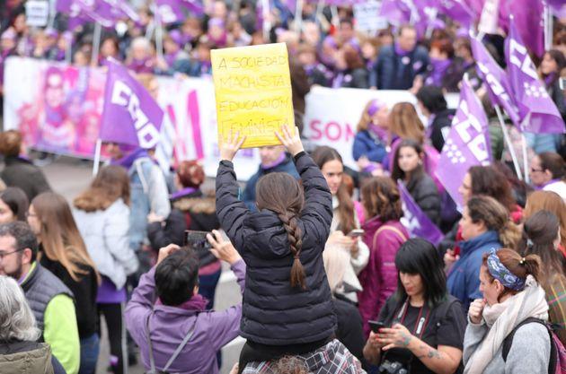 Una niña con un cartel en la manifestación del 8M de
