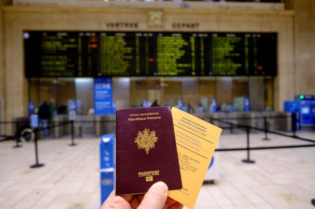 Imagen de un pasaporte europeo y un 'Certificado Internacional de Vacunación', tomada en la estación...