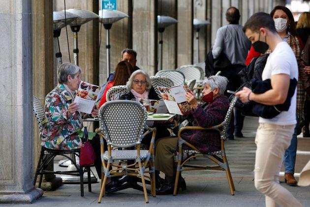 Viandantes y consumidores en una terraza de