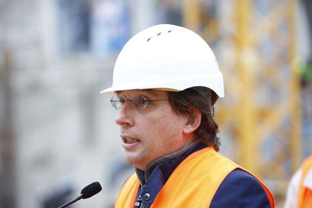 El alcalde de Madrid, José Luis Martínez-Almeida, en una visita a unas obras del polideportivo de La