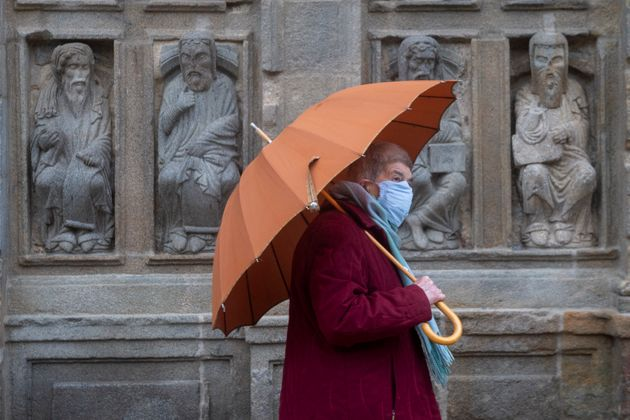 À Saint-Jacques-de-Compostelle, en Galice, une femme avance masquée le 27 janvier 2021...