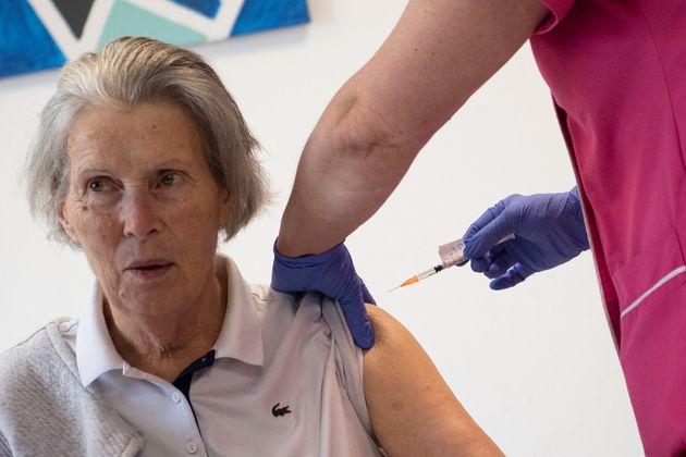 Une femme se fait vacciner dans un Ehpad à Vannes, en Bretagne le 7 janvier