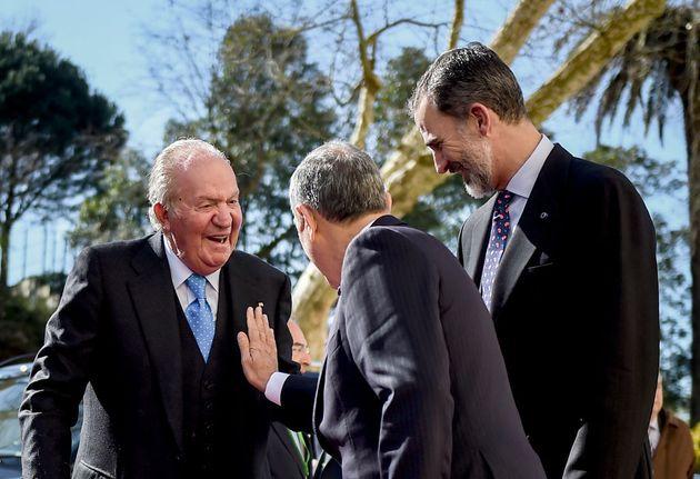 Juan Carlos I ante la mirada de su hijo, el rey Felipe VI, en una imagen de