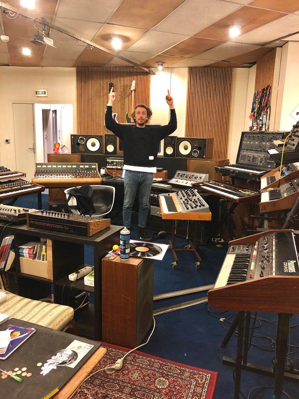 Yuksek dans son studio à