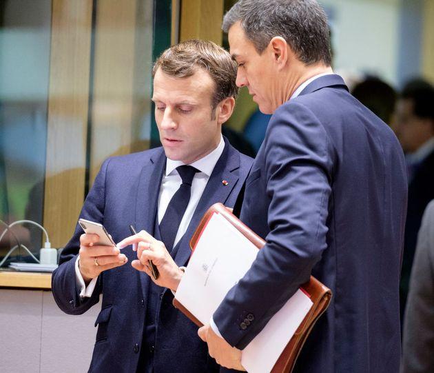 Emmanuel Macron et le premier ministre socialiste espagnol Pedro Sanchez discutent autour du téléphone...
