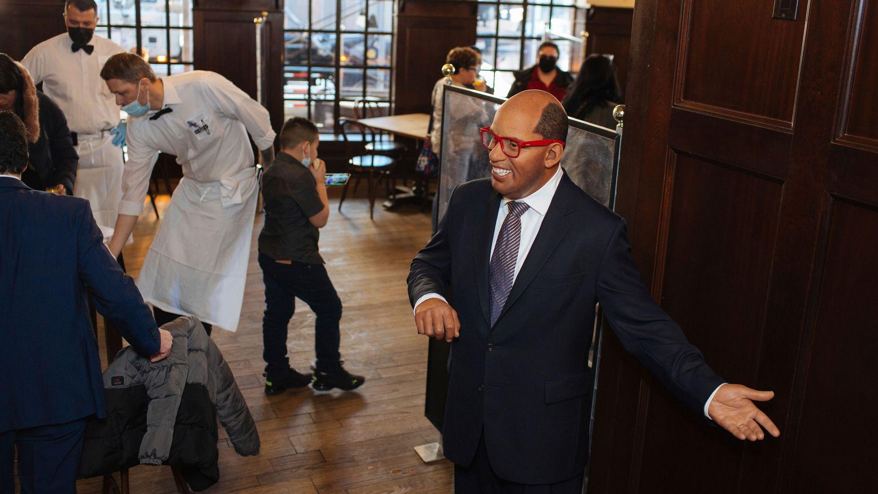 Восковые статуи знаменитостей смешиваются с гостями в стейк-хаусе Нью-Йорка