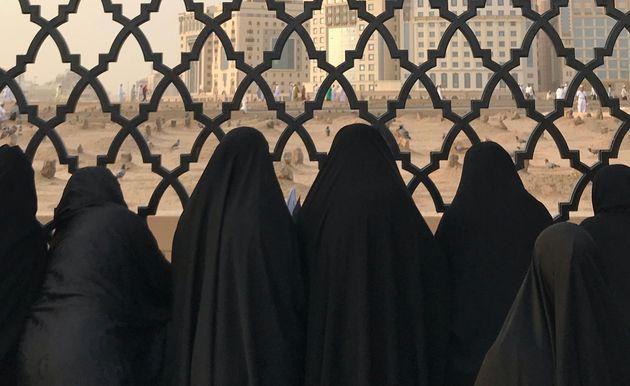 Donne musulmane di fronte al cimitero di Jannat Al