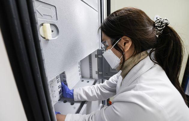 화이자의 코로나19 백신이 26일 인천국제공항을 통해 국내에 도착해 전국 예방접종센터로 배송됐다. 화이자 백신은 영하 60~90도에서 보관되어야 하기 때문에 드라이아이스 430㎏과...