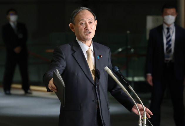 記者団の質問に答える菅義偉首相=2月26日、首相官邸