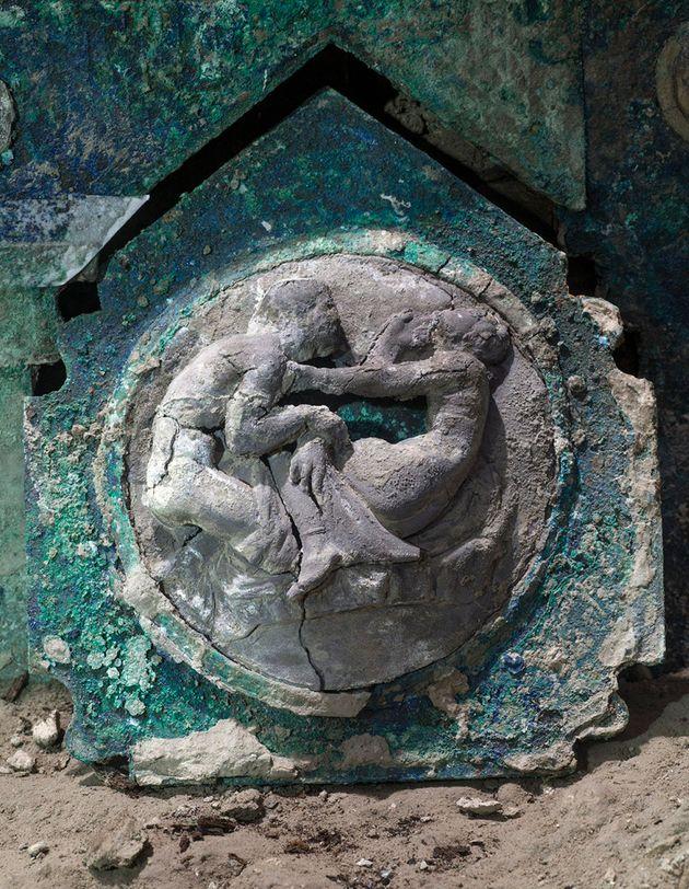 Ritrovato a Pompei un carro nuziale mai visto prima. Gli archeologi: