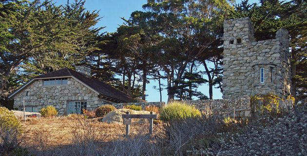 미국 캘리포니아 카멀 해안에 로빈슨 제퍼스가 손수 지은 돌집과 매의