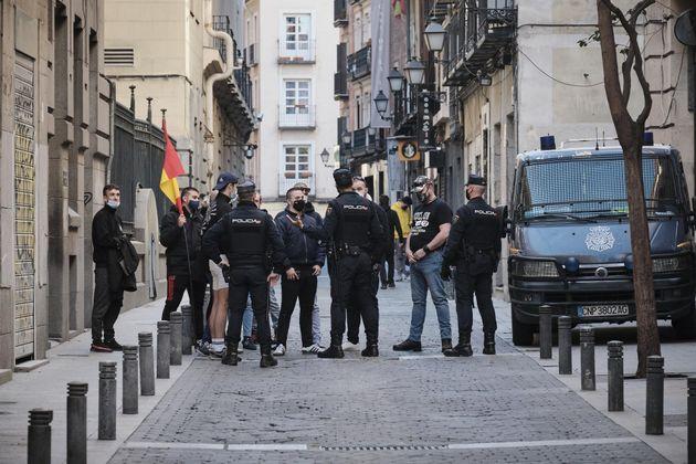 Los policías charlan con los