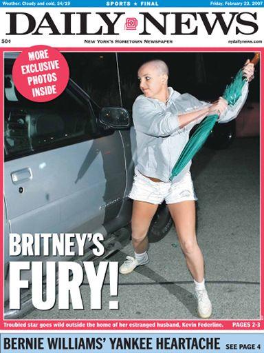 La portada del periódico 'Daily News' con la fotografía de Britney Spears atacando un coche con un paraguas.