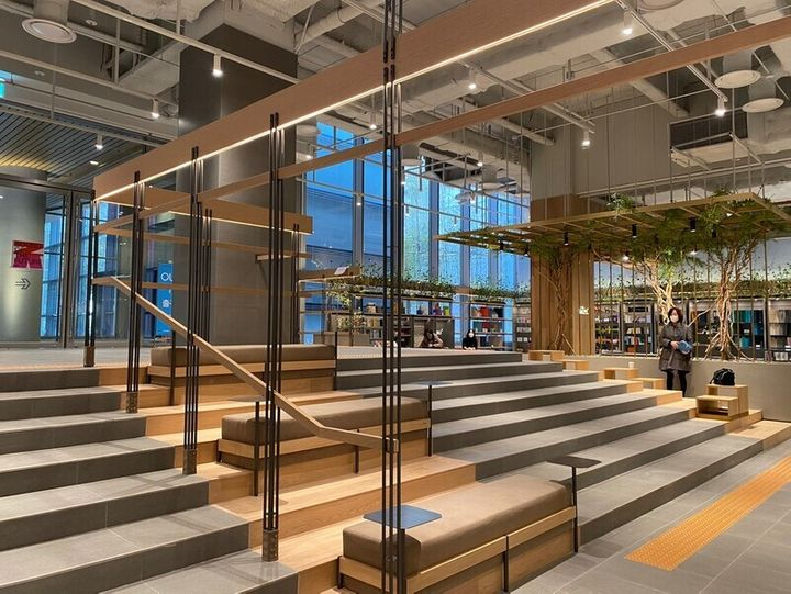 더현대 서울 지하 2층에 계단 형태로 쉴 수 있는 공간