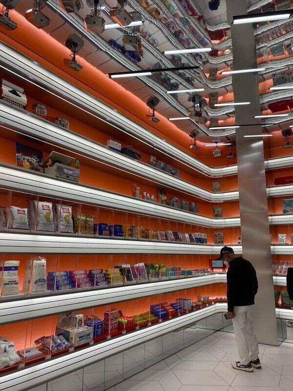 아마존웹서비스(AWS)와 협업해 만든 무인매장 '언커먼스토어'에서 한 고객이 상품을 둘러보고 있다.