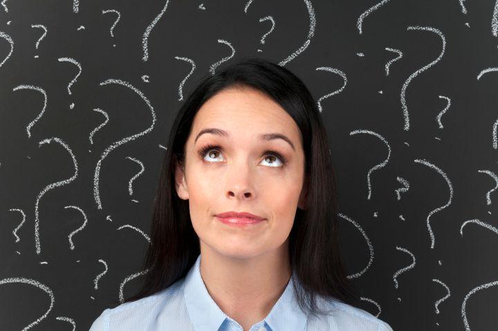 Una mujer haciéndose preguntas.