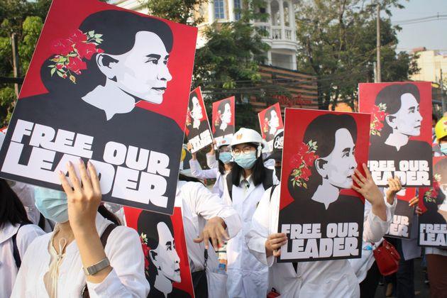 Le 28 février à Yangon en Birmanie, des manifestants ont de nouveau défilé pour réclamer la libération...