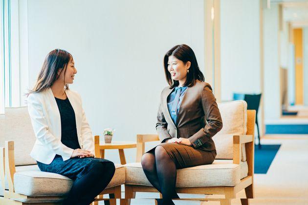 (写真左から)マネージャーの膝附(ひざつき)智美さん、シニアコンサルタントの齋藤沙織さん。