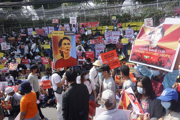 ミャンマーの最大都市ヤンゴンで、アウンサンスーチーさんの解放を求める抗議デモ参加者(2月16日撮影)