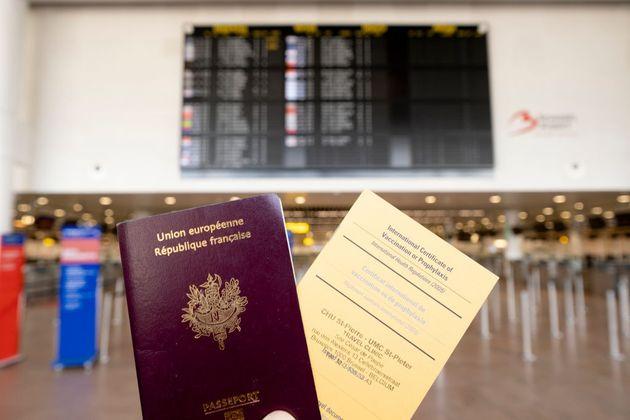 Imagen que muestra un pasaporte francés y un certificado internacional de