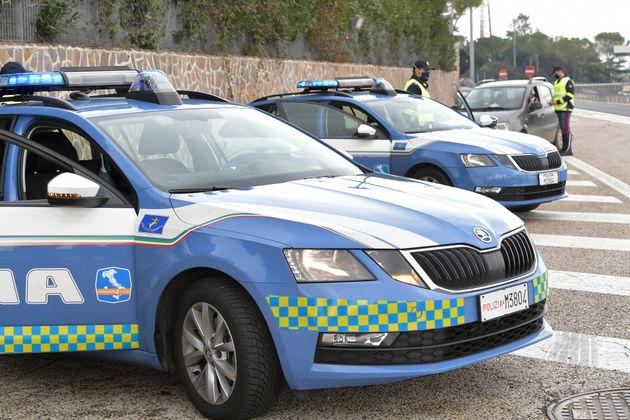 Pattuglia della polizia travolge un'auto durante un inseguimento: morta una