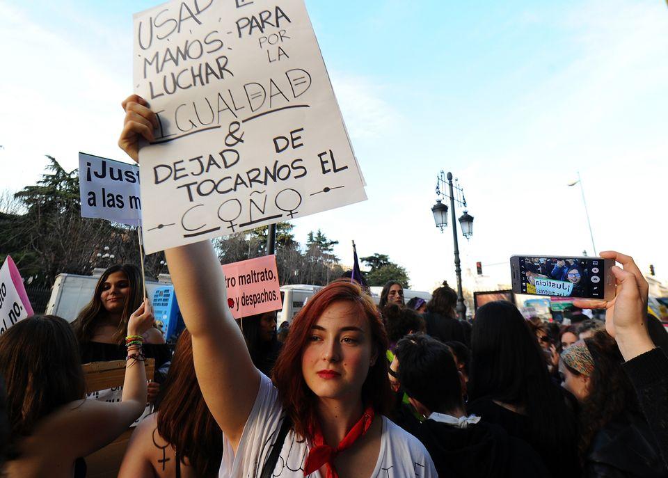 Una joven sujeta una pancarta en la manifestación en Madrid en