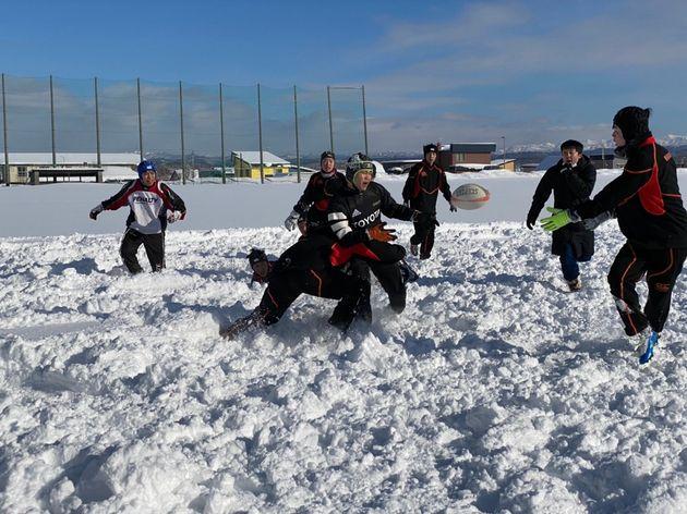 この1月の平均気温はマイナス5.1度。週末には雪の中で練習する北海道羽幌高校ラグビー部の部員たち=写真はすべて羽幌高校ラグビー部を応援する会提供