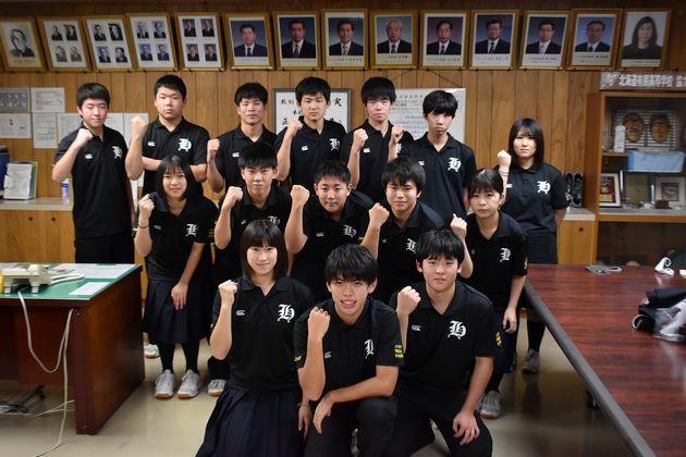 羽幌高校ラグビー部選手・マネジャーのみなさん。まさにフィフティーン。2年生の女子部員、池田心愛さん(前列左)は北海道選抜にも選ばれた注目選手。