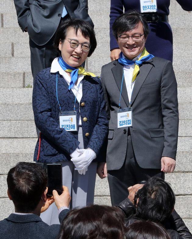 김의겸 전 청와대 대변인(오른쪽)과 김진애 전 의원이 22일 서울 여의도 국회 본청 계단에서 열린 열린민주당 비례대표 후보 경선 참가자 공개 기자회견을 마치고 기념촬영을 하고 있다.