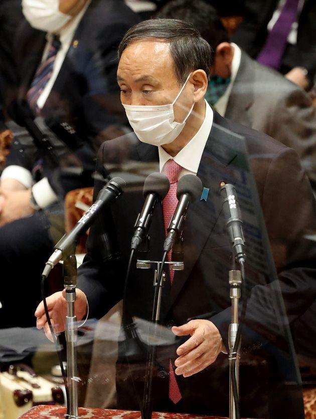 衆院予算委員会で答弁する菅義偉首相
