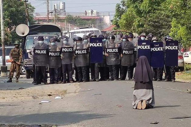 La storia della foto della suora, in ginocchio davanti alla polizia in