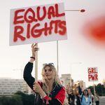 Οι μόνες 10 χώρες στον κόσμο με πλήρη ίσα δικαιώματα για τις γυναίκες (και η θέση της
