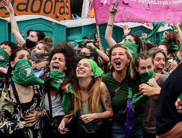 Manifestantes de Buenos Aires celebran el proyecto de ley para legalizar el aborto, el 11 de diciembre