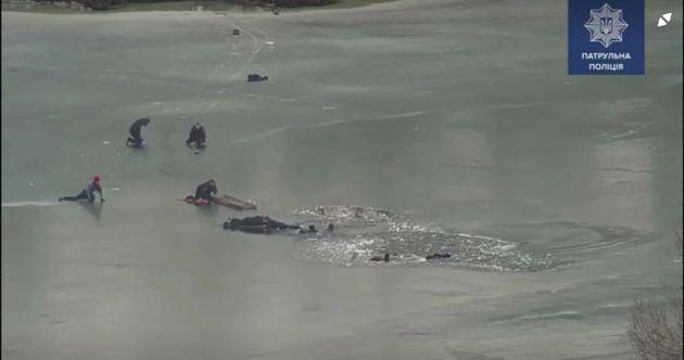 28 Φεβρουαρίου 2021. Βίντεο με δραματική διάσωση σε παγωμένη λίμνη από αστυνομικούς στην Ουκρανία.