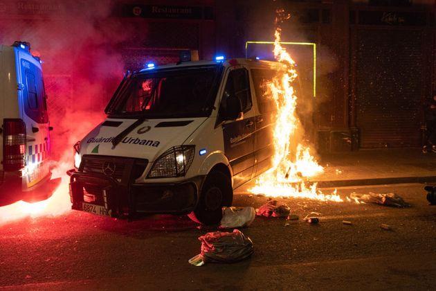 Una furgoneta de la guardia urbana de Barcelona, quemada por un grupo de