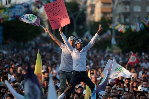 Υποστηρικτές του κουρδικού Λαϊκού Δημοκρατικού Κόμματος (HDP) σε διαδήλωση στο Ντιάρμπακιρ της Τουρκίας,...
