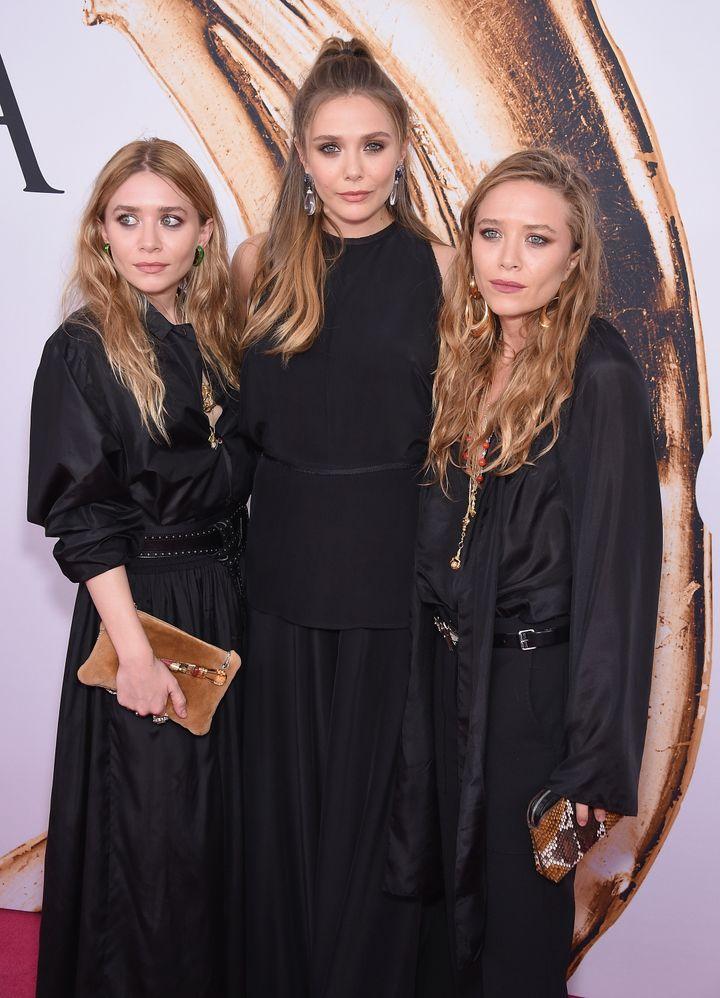 Elizabeth Olsen con sus hermanas, Ashley y Mary-Kate.
