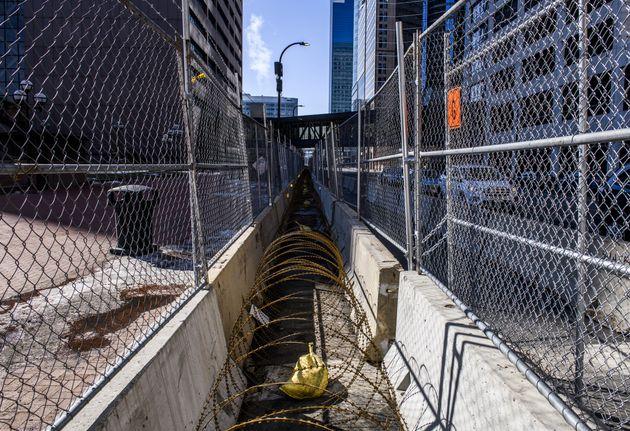 À Minneapolis, des barricades ont été installées pour éviter les débordements en marge du procès de Derek...