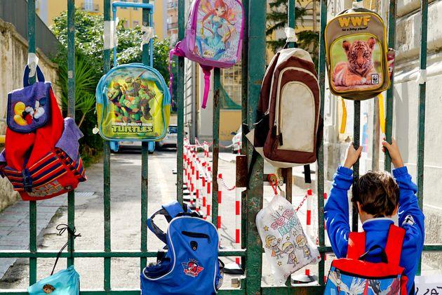 02/03/2021 - 13:50:46 Gli zaini sospesi o attaccati ai cancelli chiusi delle scuole durante la protesta...