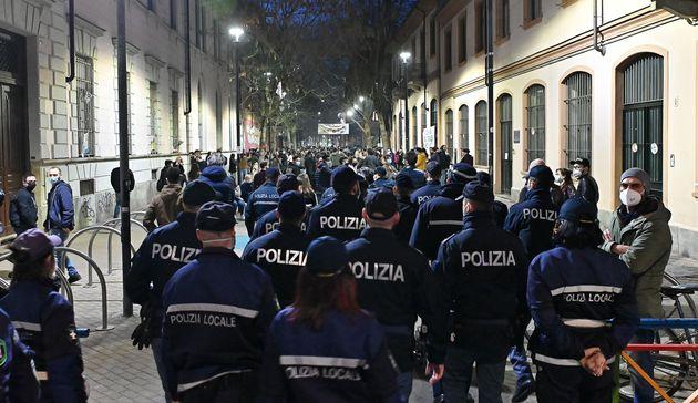 Controlli delle forze dell'ordine alla movida e nei locali nel quartiere San Salvario, Torino, 26 febbraio