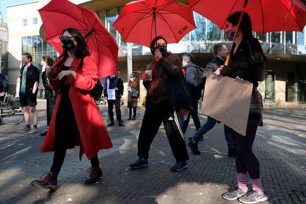 Διαδηλώτριες με κόκκινες...