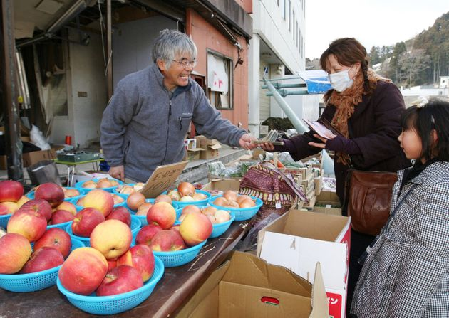 被災地の路上で青果を売る男性(左)(宮城県気仙沼市) 撮影日