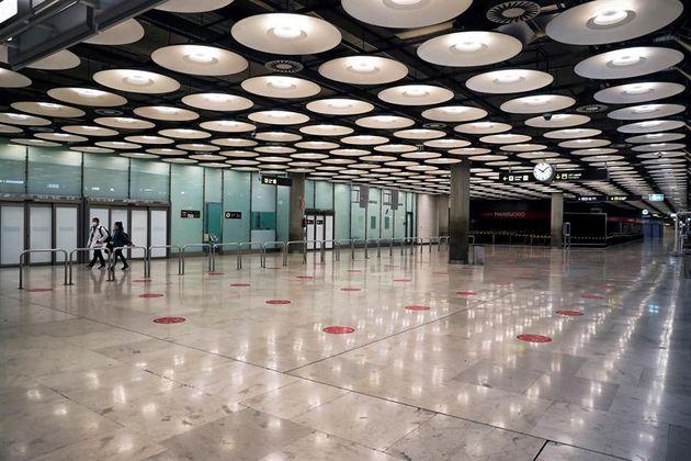 Dos pasajeros cruzan una de las salas de llegadas tras aterrizar en el Aeropuerto Adolfo Suárez