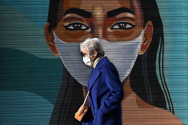 Una mujer pasea por una calle de